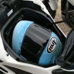 A moto possui um compartimento que pode substituir o baú (Foto: Divulgação)