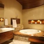 Clima aconchegante do banheiro com banheira reforçado pela presença da madeira.