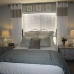 As cortinas deixam o quarto charmoso e controlam a iluminação.