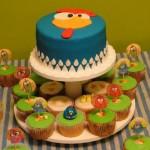Bolo de aniversário mais cupcakes temáticos e decorados.