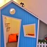 Além de ser um espaço para brincadeiras, a casinha também é ideal para fazer leituras.