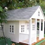 Uma casinha para brincar na área externa da residência.