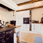O fogão à lenha interage com a decoração moderna.