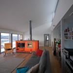Sala com lareira e iluminação natural (Foto: Divulgação)