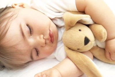 As crianças dormem mais facilmente com um amiguinho por perto. (Foto: Divulgação)