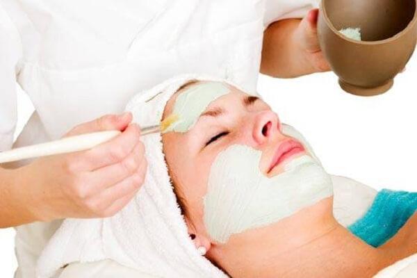 Argila verde ajuda a rejuvenescer a pele, diminuir a oleosidade, entre outros benefícios. (Foto: Reprodução)