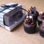Cupcakes com embalagens delicadas.