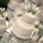 Mini bolos confeitados podem ser entregues aos convidados como lembrancinhas.