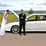 Noiva consertando o carro (Foto: Divulgação)