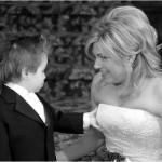Criança pegando nos seios da noiva (Foto: Divulgação)