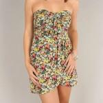 Vestido com leve drapeado e estampa florida, hit do verão.