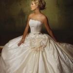 Vestido de noiva estilo princesa com saia volumosa e corselet.