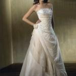 Vestido de noiva estilo princesa com saia mais fechada e detalhes de tecidos sobrepostos.