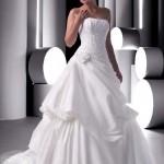 Vestido de noiva estilo princesa com saia trabalhada.
