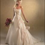 Vestido de noiva estilo princesa com detalhe lateral na sala.