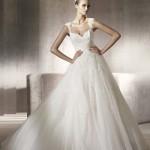 Vestido de noiva estilo princesa com calda longa e saia leve.