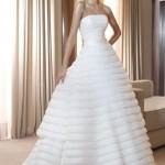 Vestido de noiva estilo princesa com saia confecionada em camadas.