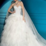Vestido de noiva estilo princesa com saia rodada em camadas de tule.