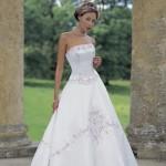 Vestido de noiva estilo princesa com bordados na saia.