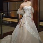 Vestido de noiva estilo princesa em tom de bege claro, com saia trabalhada.