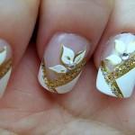Flores brancas com detalhes em dourado