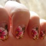 Detalhes sofisticados e traços precisos na decoração das flores nas unhas