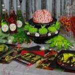 Mesa decorada para a festa zumbi.