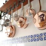 Utensílios da cozinha contribuem com a decoração rústica.
