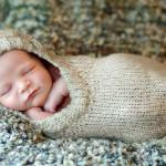 Bebê dentro da meia bem quentinho