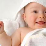 Bebê enrolado na toalha depois do banho bem gostoso