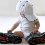 Bebê com os tênis do papai
