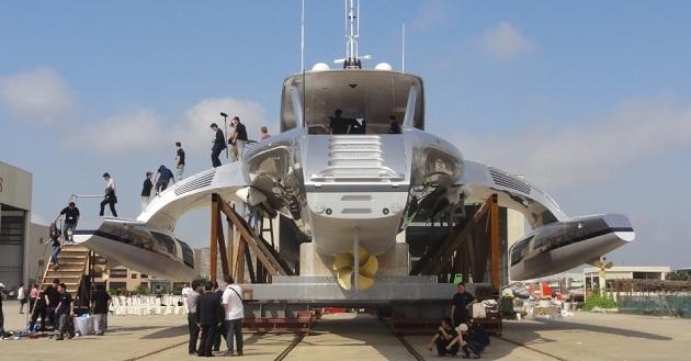 Com um design criativo, que lembra uma nave espacial, o iate é avaliado em US$ 15 milhões.