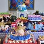 Mesa da Galinha Pintadinha com personagens feitos de tecido.