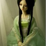 Boneca linda com olhar triste