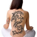 Tatuagem de Dragão Tribal feminina nas costas