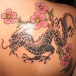 Tatuagem de Dragão feminina com flores