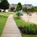 A calçada verde é caracterizada por uma ou duas faixas ajardinadas.