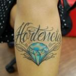 A fonoaudióloga Kelly Tomé Rangel tatuou o nome da mãe Hortência na perna, próximo ao joelho.