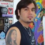 O tatuador Baiano Nil não se contentou em tatuar o nome, tatuando o rosto da mãe no braço