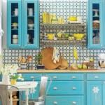 Cozinha conta com um belíssimo armário azul turquesa.