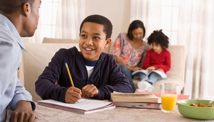 Para que o seu filho aprenda o inglês corretamente, matricule-o em uma boa escola. (Foto: Divulgação)