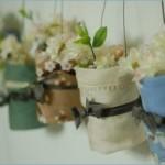 A delicadeza dos vasos floridos.