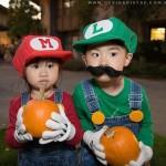 Crianças fantasiadas de Mario e Luigi.
