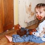 Criança com pote de doce vira bagunça na certa.