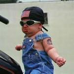 Estilo motoqueiro e cara de mau.