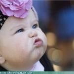 Criança muito fofa, fazendo biquinho lindo.