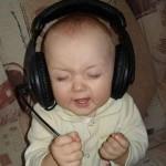 Qual será a música que ele está escutando?