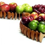 Uma fruteira moderna com frutas diversas é um excelente enfeite de centro de mesa