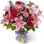 Enfeites com flores coloridas alegram qualquer ambiente.
