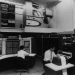 Na foto, dois pesquisadores colocam para funcionar o projeto ARPANET, no final dos anos 1960, rede que viria a se tornar a Internet